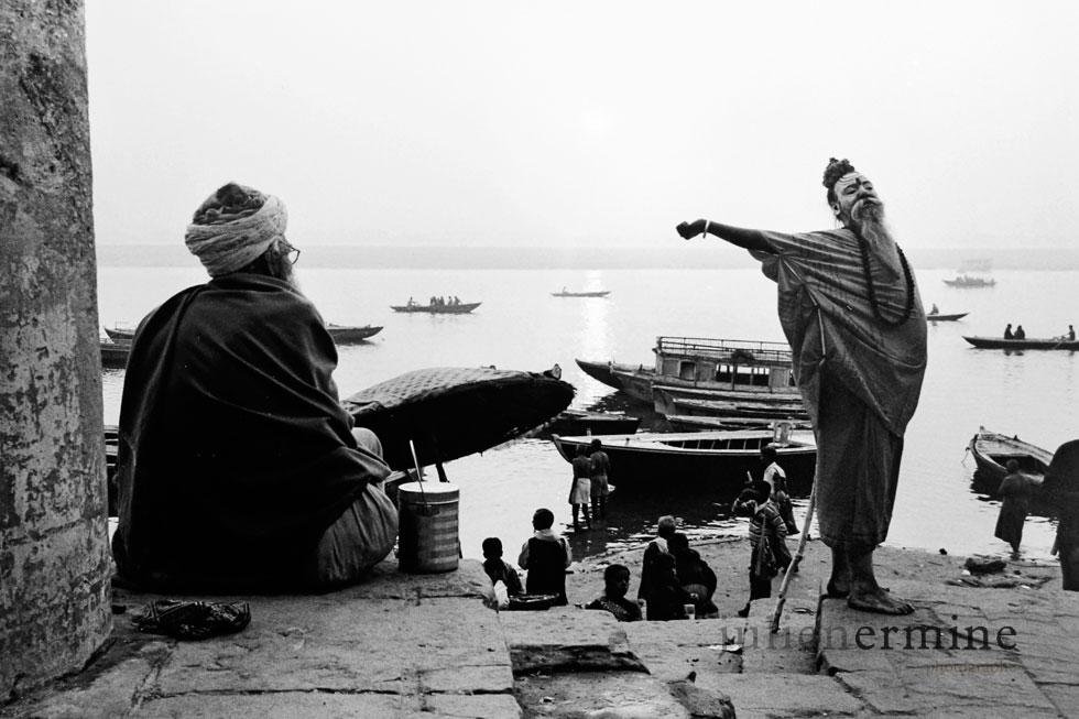 Ce saddhu s'étire au aurore avant de se mettre à prier en face du Gange dans la ville sacrée de Benares, en Inde.