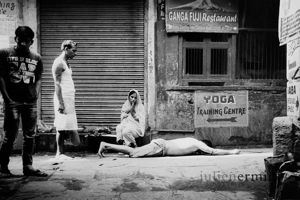 Cet homme est en plein rituel hindou dans les rues de Benares, Il se rend ainsi, accompagné de son maître au temple.