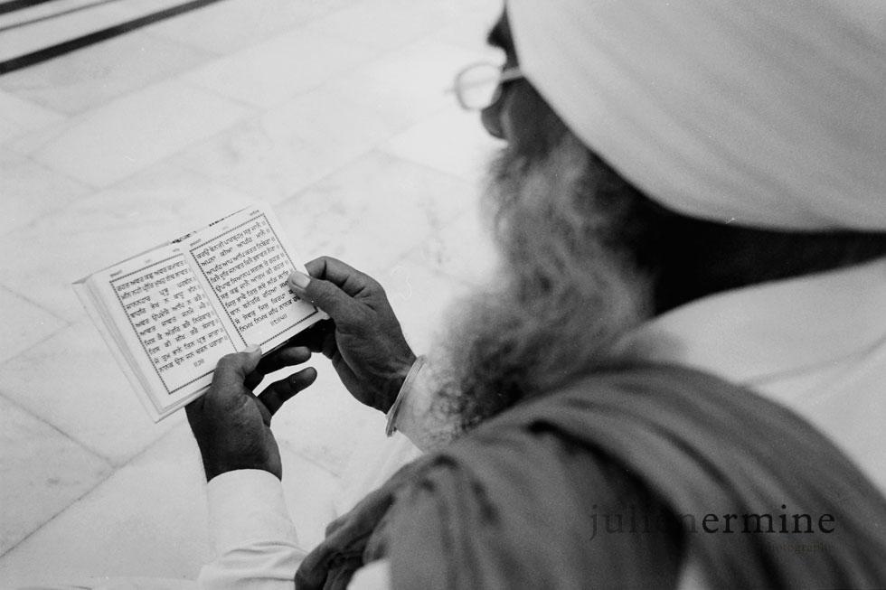 Lecture sacrée pour ce sikh à Amritsar