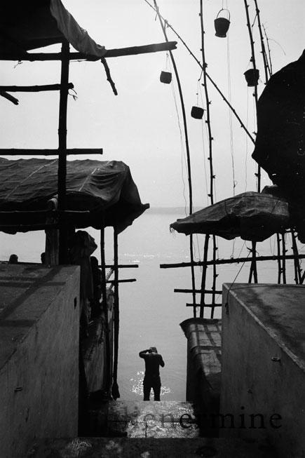 Tôt le matin, on peut apercevoir les hindous aller prier et se laver en toute quiétude dans le Gange à Benares.