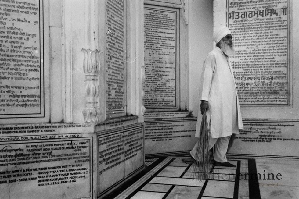 Inscription sculptée dans le marbre sur le chemin de promenade au temple d'or d'Amritsar au Penjab.