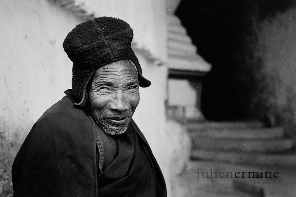 portrait d'un moine bouddhiste dans les contreforts du monastere de Phuktal, perdu dans les confins du Zanskar, au Ladakh. Inde Himalayienne. .