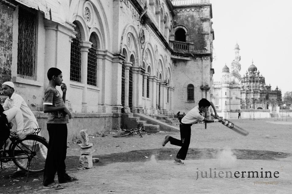 Ces enfants jouent au cricket sur la place d'un mosolée à Junagadh au Gujarat.