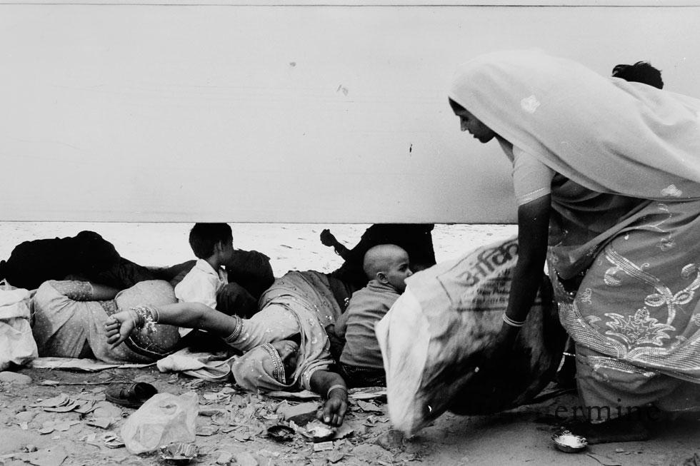 Le thermometre affiche presque 50 degres ce jour la à Haridwar, les familles se refugient sous les bus afin de trouver le semblant de fraîcheur que l'ombre procure. Ils attendent avec impatience la cérémonie quotidienne au bord  du Gange.