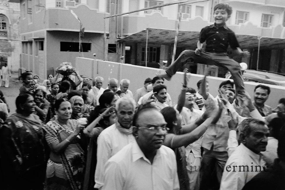 Les convois festifs font partis du paysage indien. Chaque jour, les cérémonies, et autres fêtes en tout genres font haltes dans la rue pour un moment de bonheur partagé. Ville sacrée de Dwarka au Gujarat