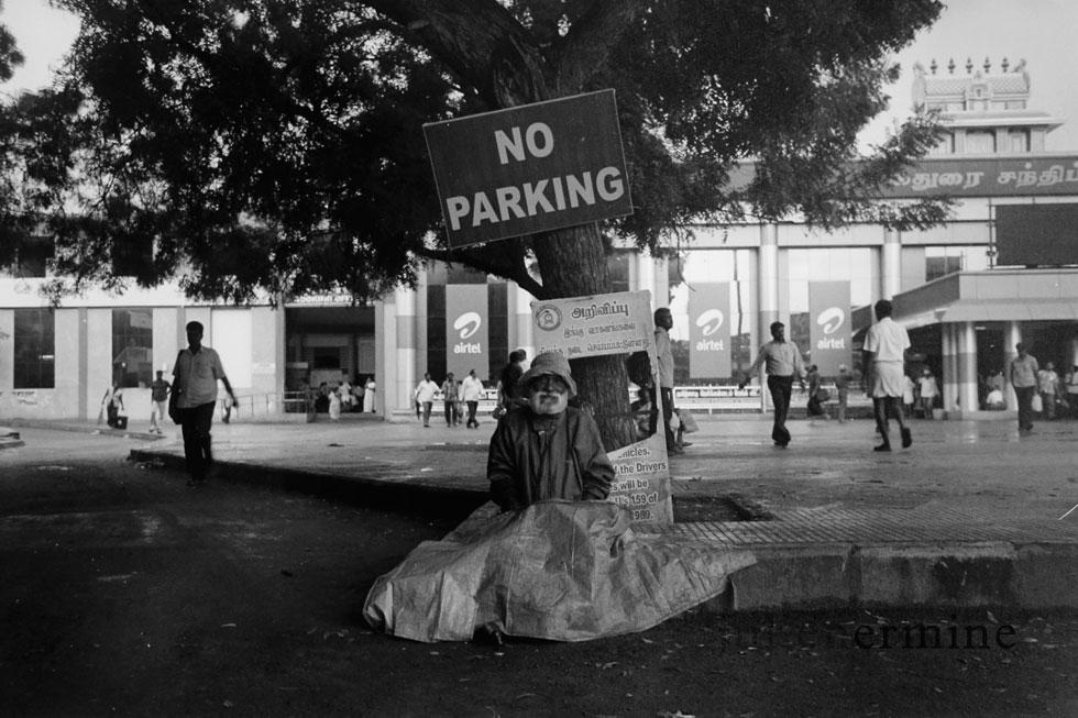 J'ai pris cette photo à peine 24 heures apres mon arrivées en Inde. Elle représente cet homme sans domicile devant la Gare de Madras (Chennai)