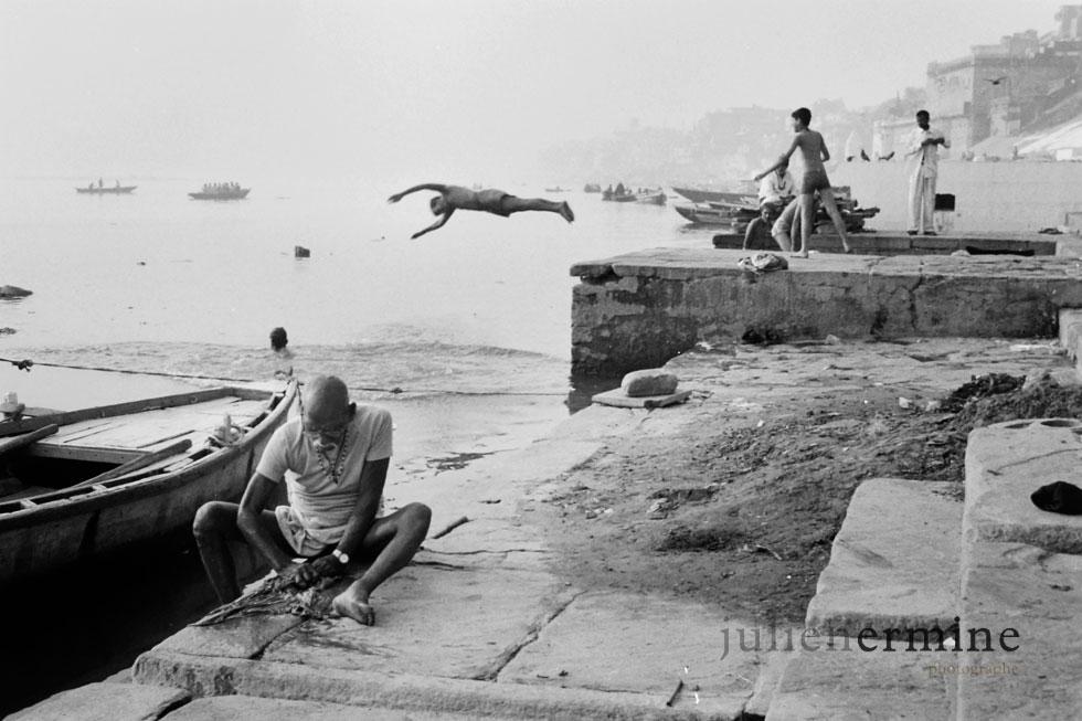 Scène habituelle à Benares, capitale du sacrée un Inde.