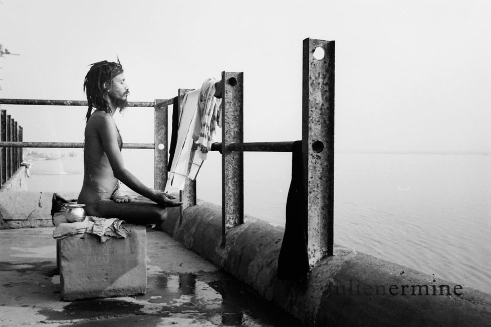 Tôt le matin, ce saddhus effectue une séance de yoga sur les bords du Gange dans la ville sacrée de Bénares.