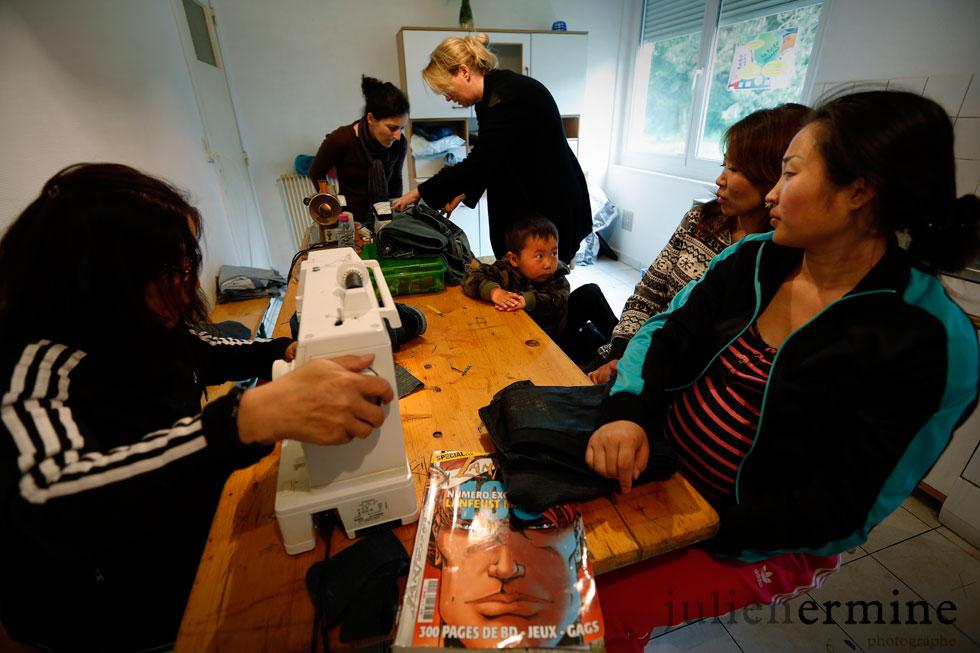 Les femmes, de toutes les communautés, passent le temps en rapiéçant de vieux vêtements.