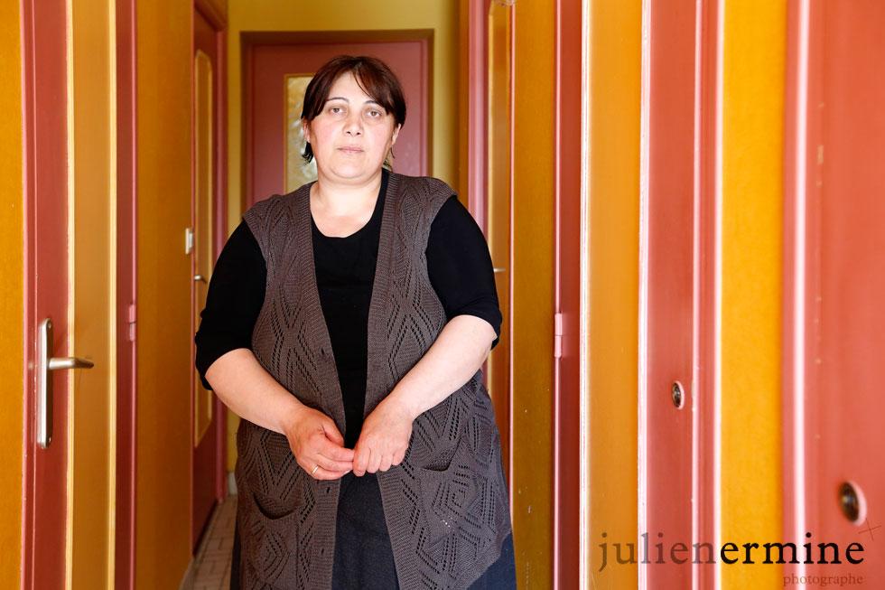 Portrait d'une mère de famille géorgienne dans un squat «haut de gamme».