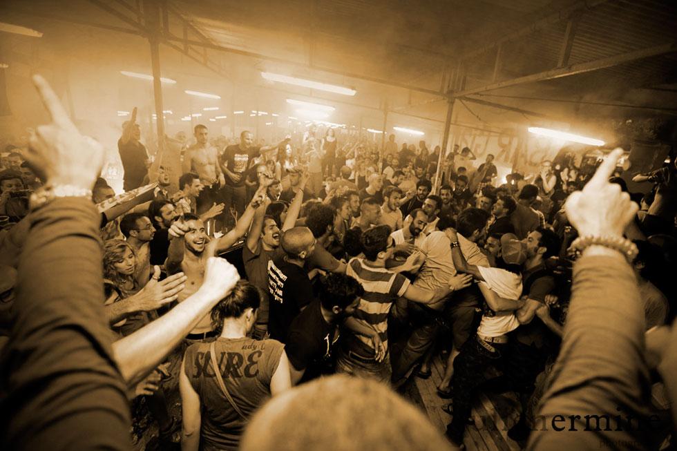 Fête monumentale sous la tonnelle du bar principal où supporters et ultras entonnent des chants à la gloire du football.