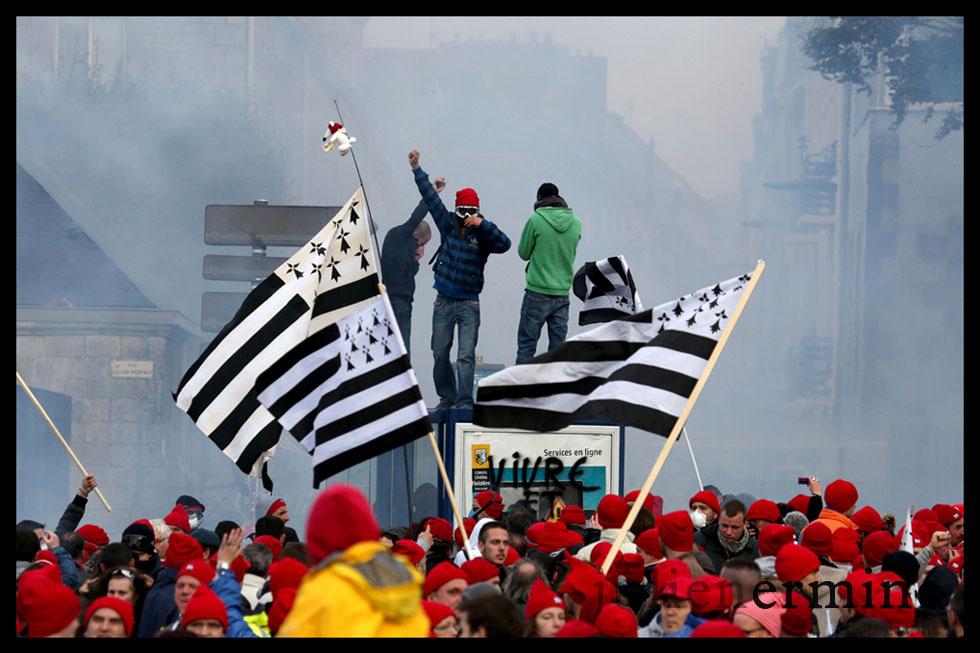 Drapeaux Gwenn-ha-Du, bonnets rouges et volonté de changement. Tous les symboles bretons se sont donné rendez-vous à Quimper le 2 novembre pour une manifestation de grande ampleur.