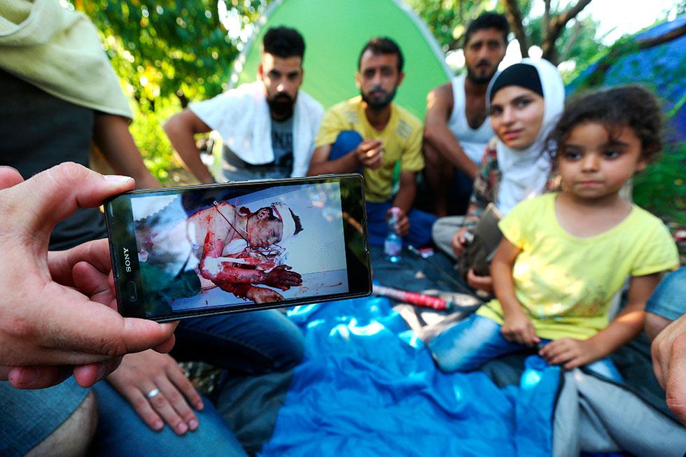 17H19 : Cette famille syrienne a fui Damas, persécuté par le régime de Bachar el Assad. L'un d'entre eux présente une photo de son frère décédé sous les balles des milices à l'âge de 14 ans. Leur maison a été détruite et leur père mis en prison.