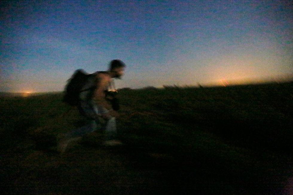 20H37 - Première course de la nuit. Le groupe vient de quitter le champ de maïs où ils étaient cachés et sont à découvert pour la première fois.