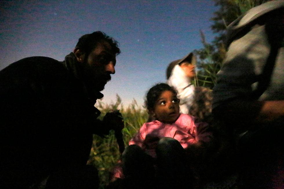 21H54 -  Cette petite fille ainsi que le reste du groupe fait silence pour ne pas se faire prendre alors qu'une patrouille passe tout près.