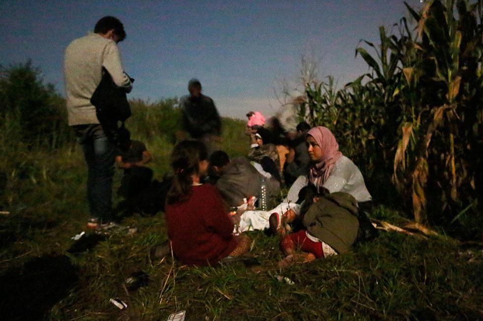 23H54 - Le groupe de Syriens que j'accompagne en rencontre un autre qui tente également de passer la frontière dans la nuit. Nous passerons le reste de cette longue nuit avec eux.