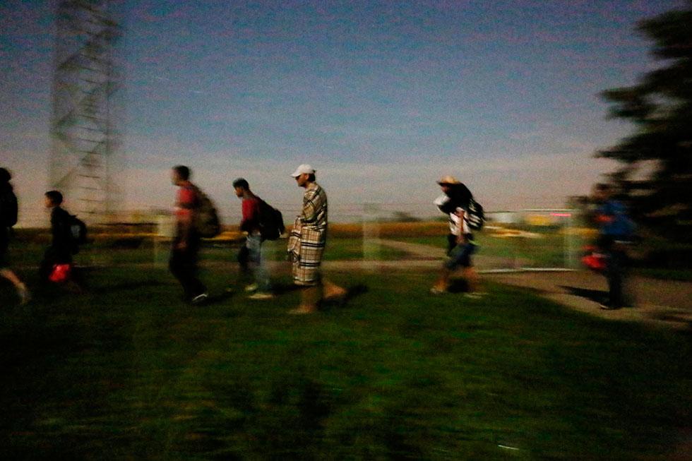 00H33 - Une longue marche pour la liberté attend ces Syriens qui à la hâte, vont tenter de passer en Hongrie. Cet homme ne possède plus qu'un peignoir trouve par terre et un caleçon pour tout vêtement.
