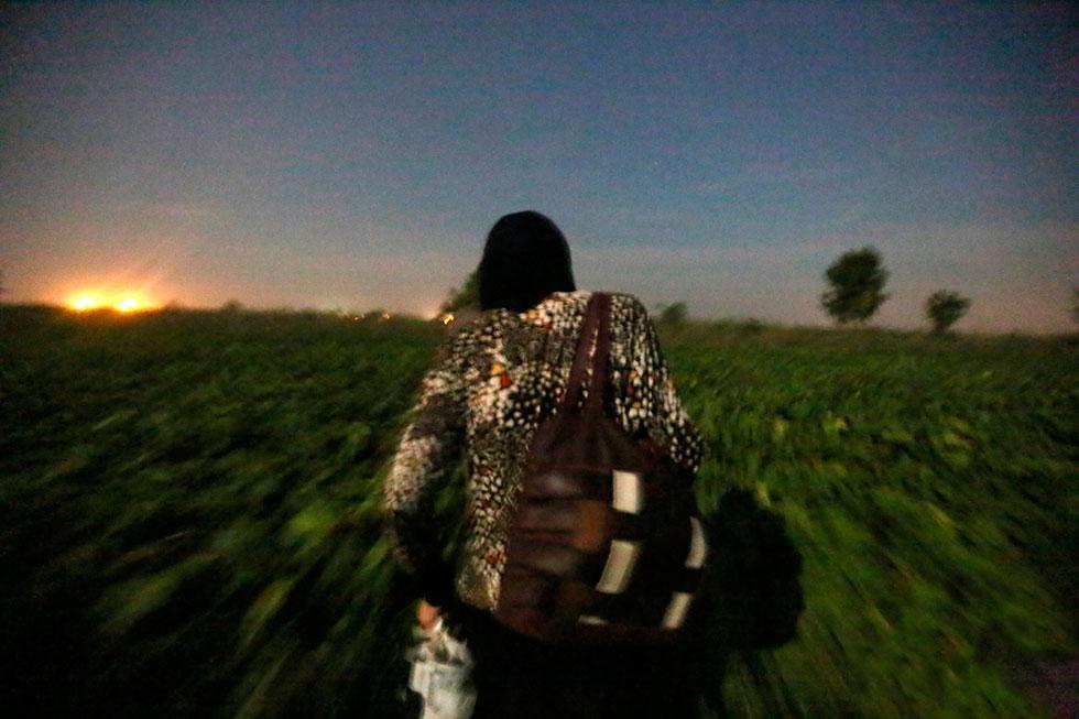 1H22 - Marcher dans les champs de betteraves de nuit est compliqué. Il faut éviter les bosses et les creux dans le creux et malheureusement chuter parfois, mais dans le silence maximal à chaque fois.