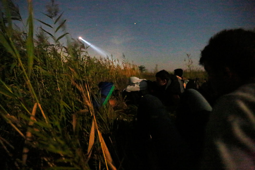 1H49 - Recherchés par la police, les chiens et les hélicoptères en pleine nuit, les réfugiés syriens se cachent près de la frontière en espérant passer.