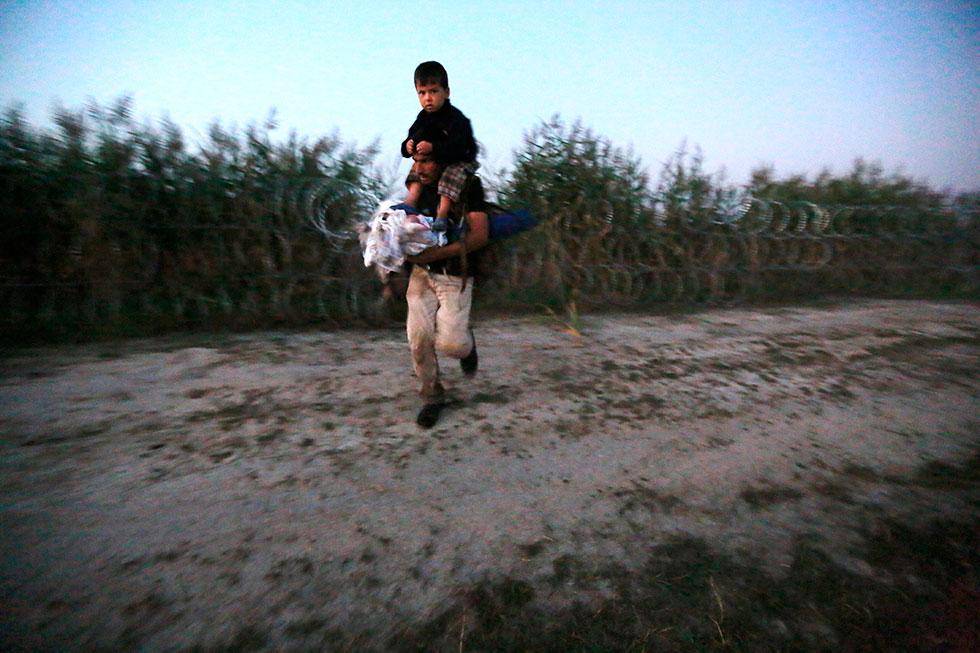 5H16 - Enfin, la délivrance, le passage de frontière. Les barbelés qui séparent la frontière entre la Serbie et la Hongrie ont été coupés par un passeur serbe moyennant 500 euros pour 18 personnes. Ils entrent ainsi illégalement en Hongrie.