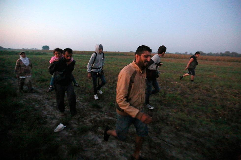 5H19 - Les premiers signes d'espoir apparaissent sur les visages de ses Syriens quelques minutes après avoir passé la frontière illégalement en coupant les barbelés. Ils continuent leur route pour trouver un transport pour Budapest.