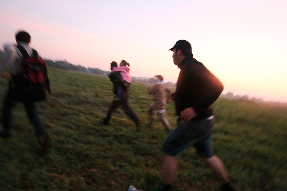 5H37 - C'est la course à travers champs. Le groupe de Syriens se dépêche de rejoindre les premiers arbres juste après avoir passé les fils barbelés qui protègent la frontière de 175 km qui sépare aujourd'hui la Hongrie et la Serbie.