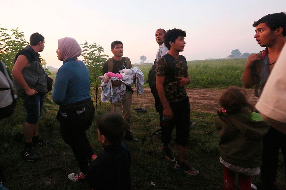 À présent sur le sol hongrois, ils se cachent quelques minutes dans des bosquets avant de repartir en suivant les indications des passeurs palestiniens.