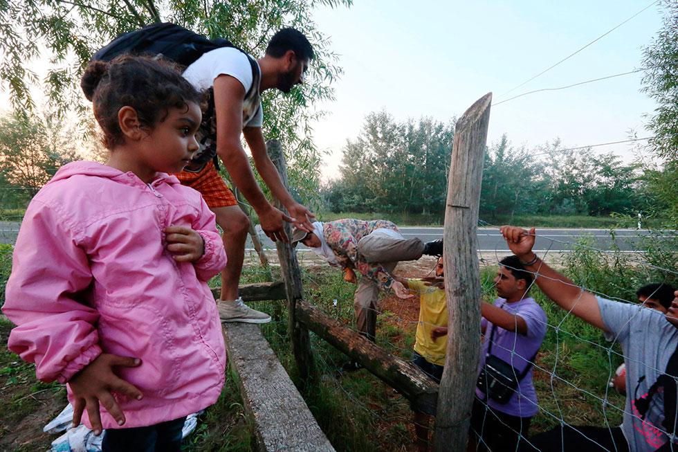 6H13 - Ils viennent de passer la frontière serbe. Ils sont dorénavant en Hongrie, ils grimpent les dernières barrières guidées par des passeurs palestiniens dans une station-service pour ensuite chercher un autre passeur afin d'aller à Budapest.