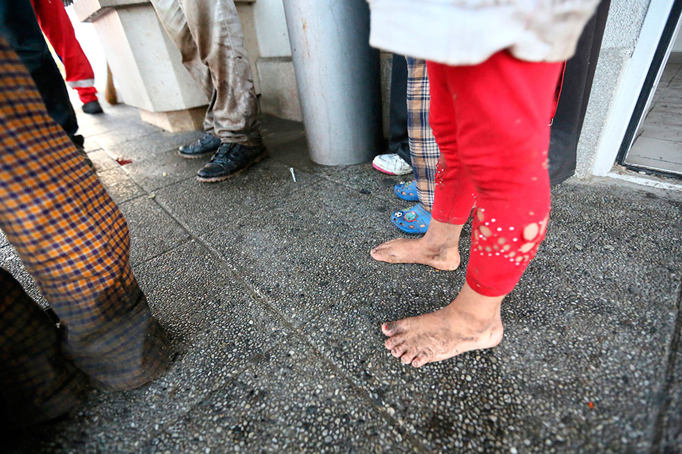 6H30 - Dans une dernière course pour semer la police, cette petite a perdu ses chaussures en passant par un cours d'eau. Elle attend avec sa famille la voiture de passeurs qui doit les emmener à Budapest.
