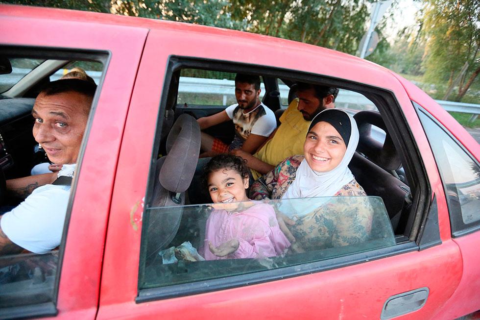 6H19 - Fin du périple pour ces Syriens. Après avoir passé une nuit à déjouer la police en passant la frontière illégalement, ils ont trouvé un passeur qui les emmènera à Budapest moyennant la somme de 200 euros par personne (c'est gratuit pour les enfants