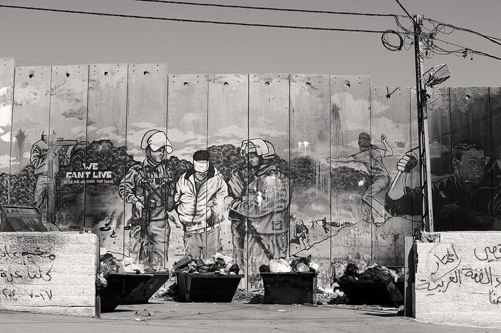 Surnommée le mur de l'apartheid, cette construction installée par l'État Israélien mesure huit mètres de haut. Il suit plus ou moins la ligne de démarcation décidé́e en 1949 et représente l'un des nombreux points de discorde.