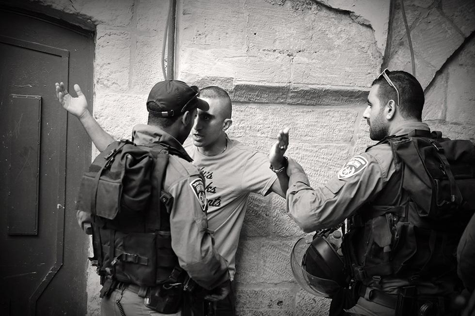 Les forces israéliennes contrôlent régulièrement les Palestiniens en pleine rue. L'arrêt de cette oppression quotidienne figure parmi les revendications des populations locales.