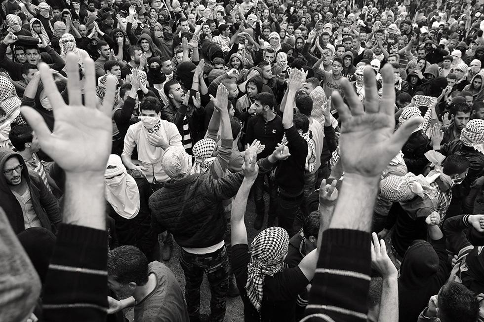 Instant de prière pendant une manifestation dans le centre ville d'Hébron. Les palestiniens protestent contre les forces israéliennes dans le but de récupérer les corps des trois jeunes décédés la veille afin de pouvoir les enterrer selon leur tradition.