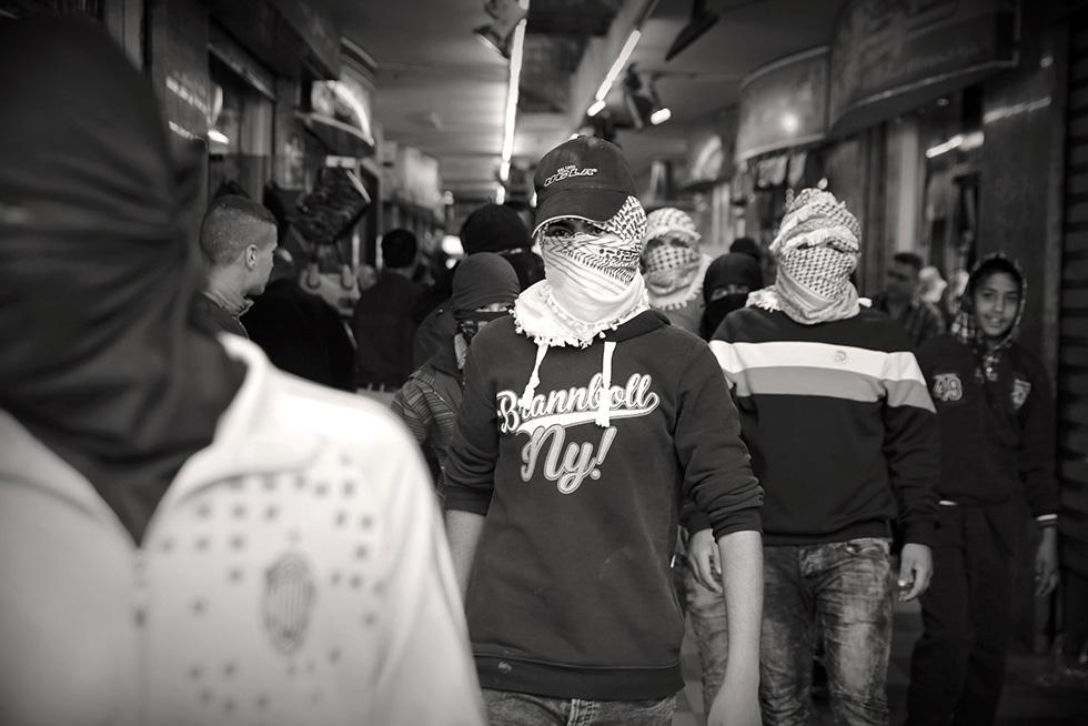 Des groupes d'adolescents font le tour des magasins du centre ville pour obliger les commerçants à fermer boutique. Ils souhaitent que la population respecte un jour de deuil.
