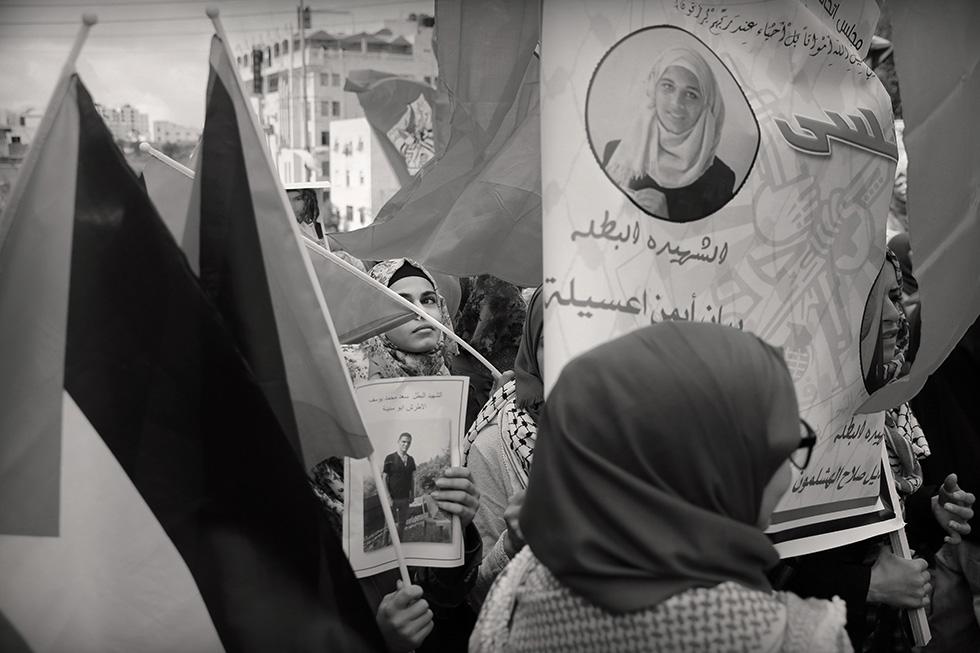 Rares sont les femmes qui manifestent, mais il y en a. Ce jour-là, les habitants d'Hebron réclament les corps de leurs morts retenus par l'état d'Israël.