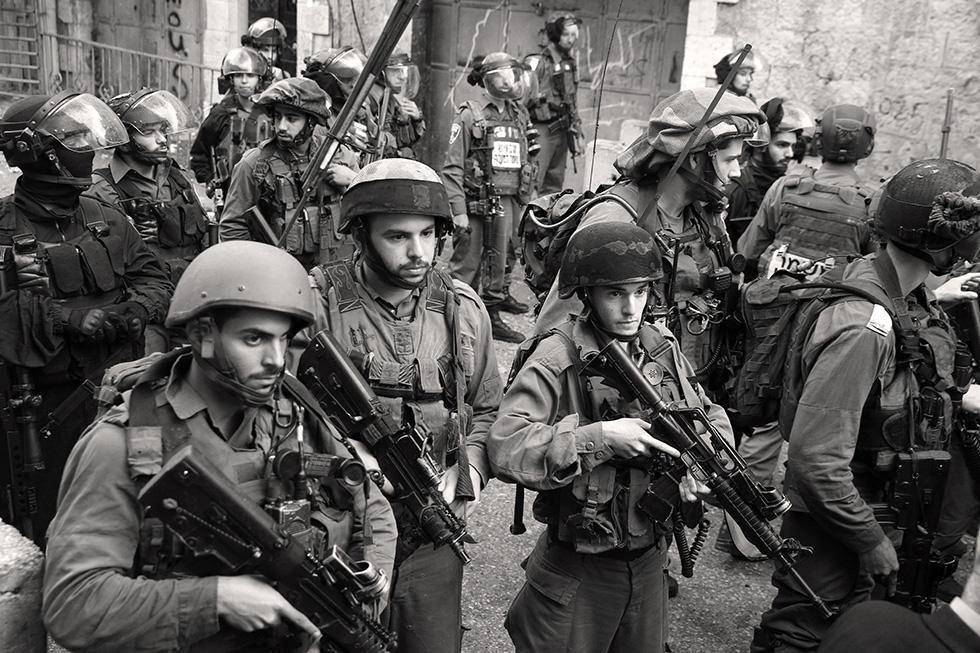 L'armée israélienne s'apprête à intervenir dans le centre-ville pendant un rassemblement de Palestiniens.