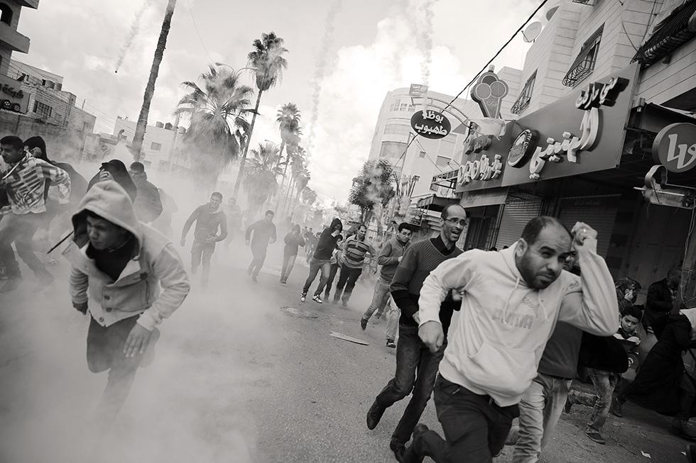 Chaque vendredi, après la prière, une partie des habitants manifestent contre l'oppression subie. Ils sont dispersés de force par des dizaines de grenades lacrymogènes.
