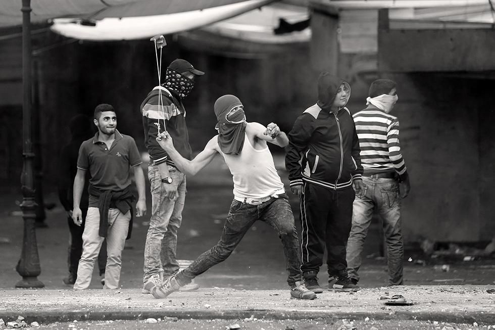 L'arme la plus utilisée par les combattants est la fronde. Avec, ils lancent gravas, cailloux et bouteilles sur les militaires de Tsahal.