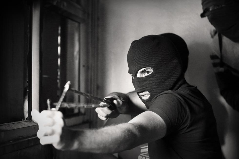 Caché dans les étages d'un immeuble, cet homme tire des billes sur des snipers israéliens postés sur les toits.