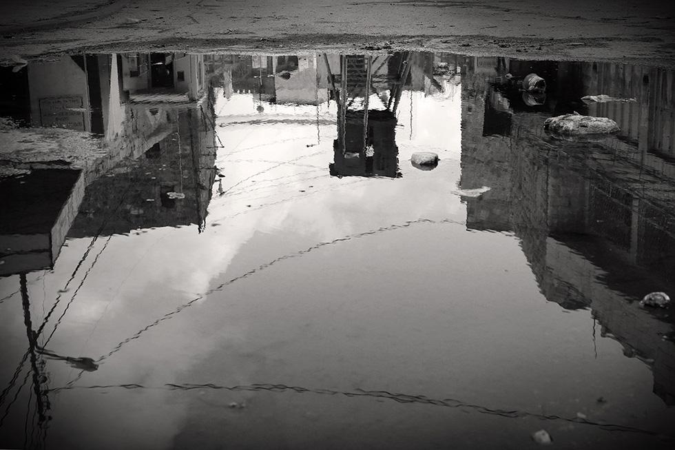 Un check-point et son mirador séparant deux quartiers d'Hébron.