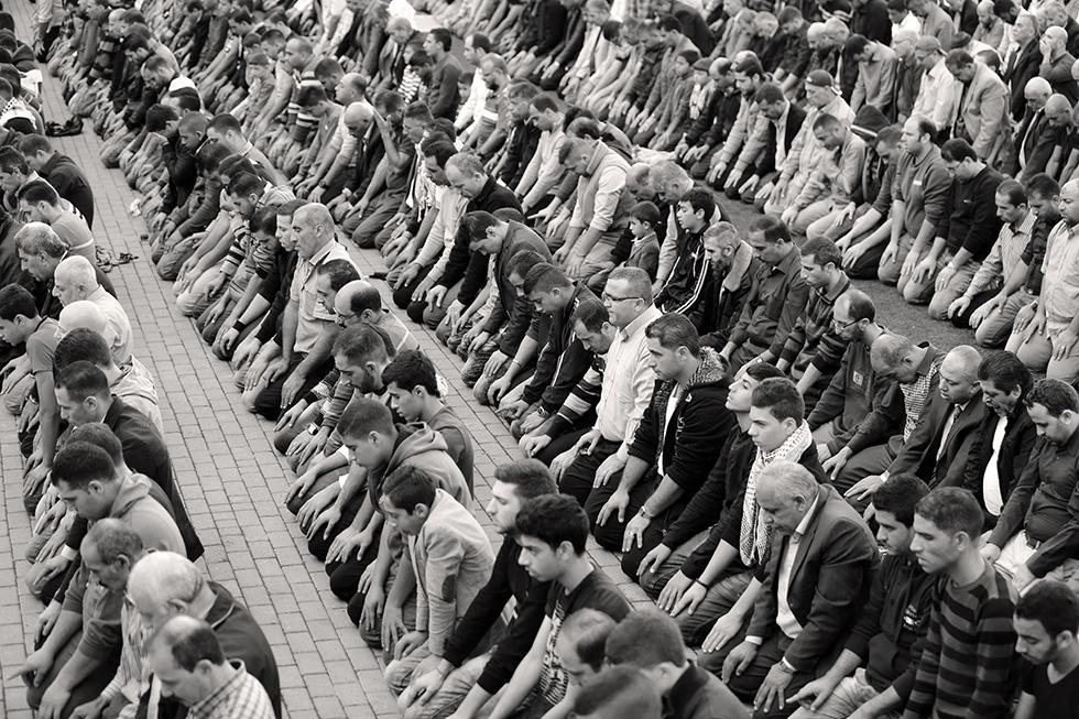 La mosquée était trop petite pour accueillir des milliers de croyants. Les habitants sont allés se recueillir dans le stade de football d'Hébron afin de prier pour leurs martyrs.