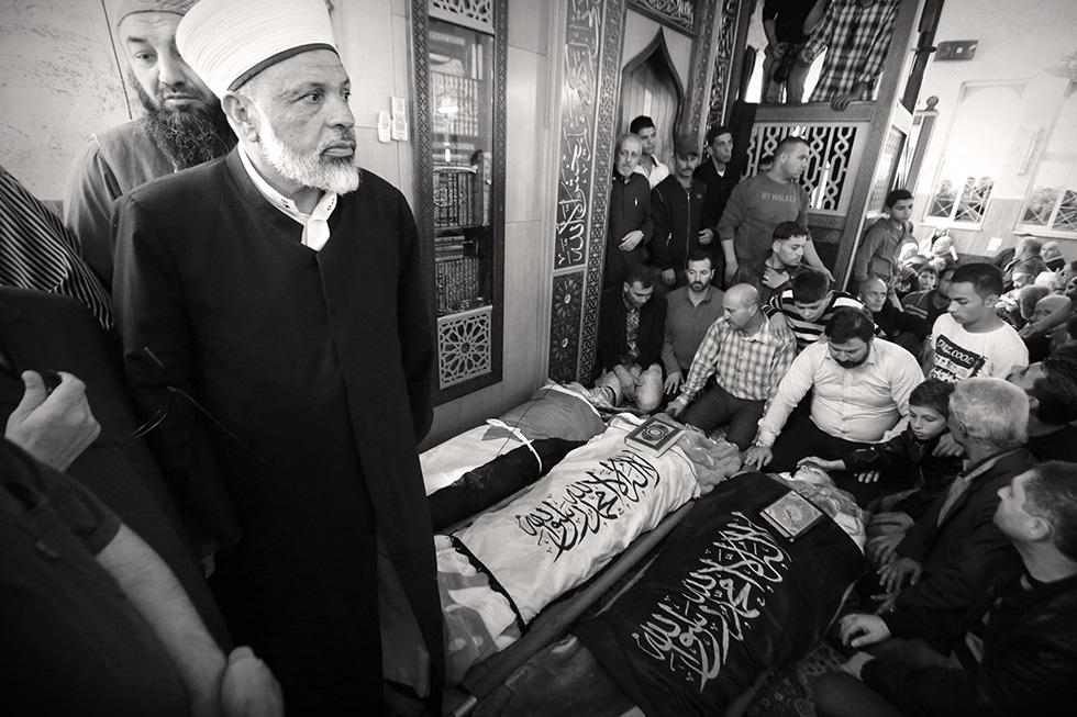 Les habitants d'Hébron rendent hommage dans une mosquée d'Hébron à trois jeunes Palestiniens décédés quelques jours plus tôt dans la guérilla qui secoue la ville.