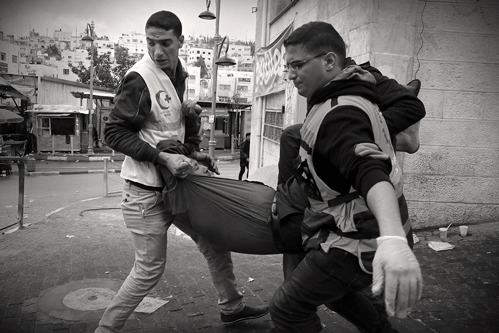 Chaque jour, des dizaines de blessés affluent dans les hôpitaux palestiniens. Les ambulances sont placées en attente dans les rues à l'abri des combats afin de les prendre en charge le plus rapidement possible.