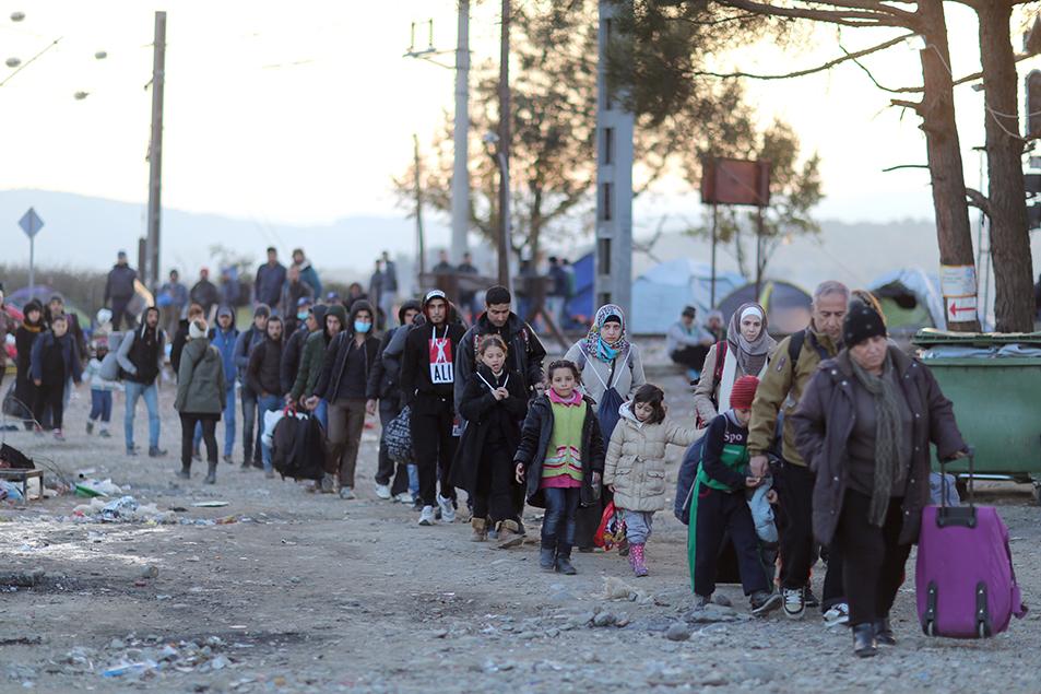 Les migrants d'origine syrienne, afghane et irakienne sont transférés d'un point à un autre sur le camp d'Idomenie au nord de la Grèce sur ordre de la police grecque. Ils franchiront ensuite la frontière avec la Macédoine.