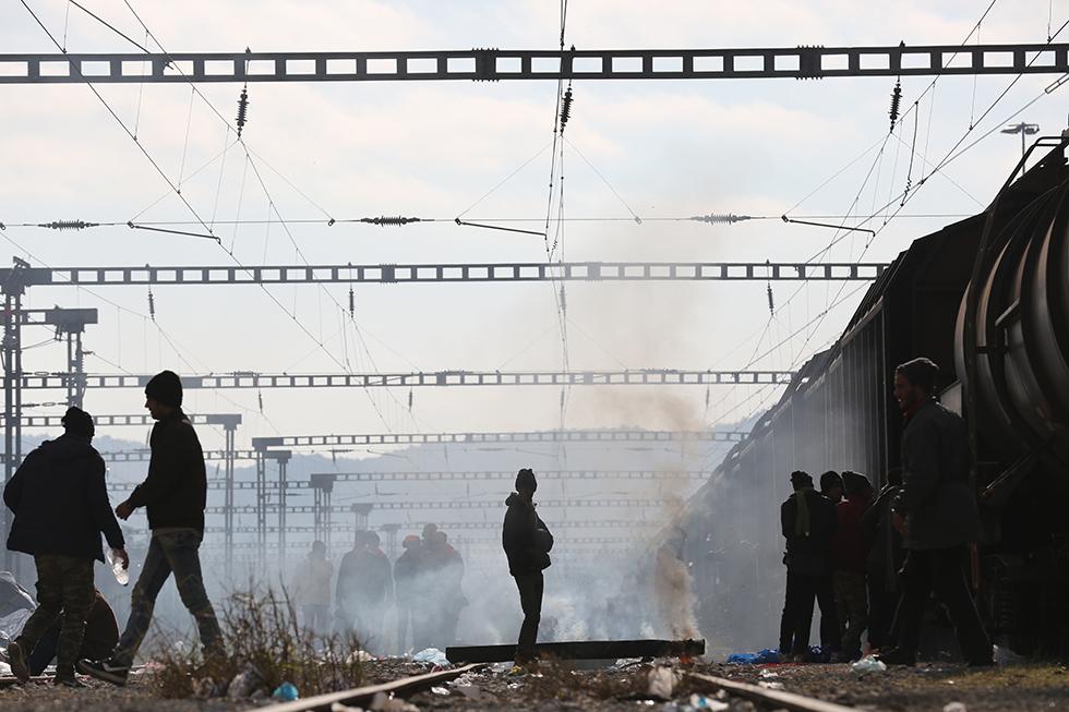 Le camp d'Idomenie borde les voies de chemin de fer sur lesquelles les migrants errent dans l'attente.