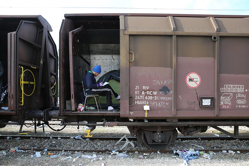 Le camp, bondé, ne peut recevoir plus de migrants. Une partie de ceux qui n'ont pas trouvé de toit pour dormir se sont installés dans de vieux trains pour passer les froides nuits de décembre.