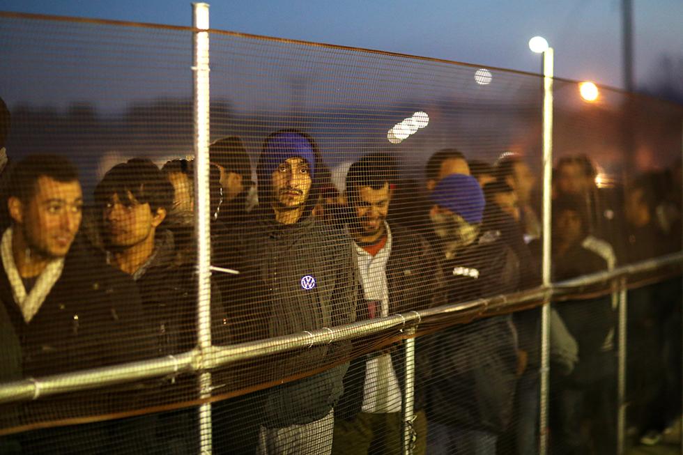 Les migrants qui ne peuvent rentrer en Europe s'entassent dans le camp d'Idomenie au poste frontière greco-macédonien. Ils font la queue par centaines pour obtenir une ration de nourriture.