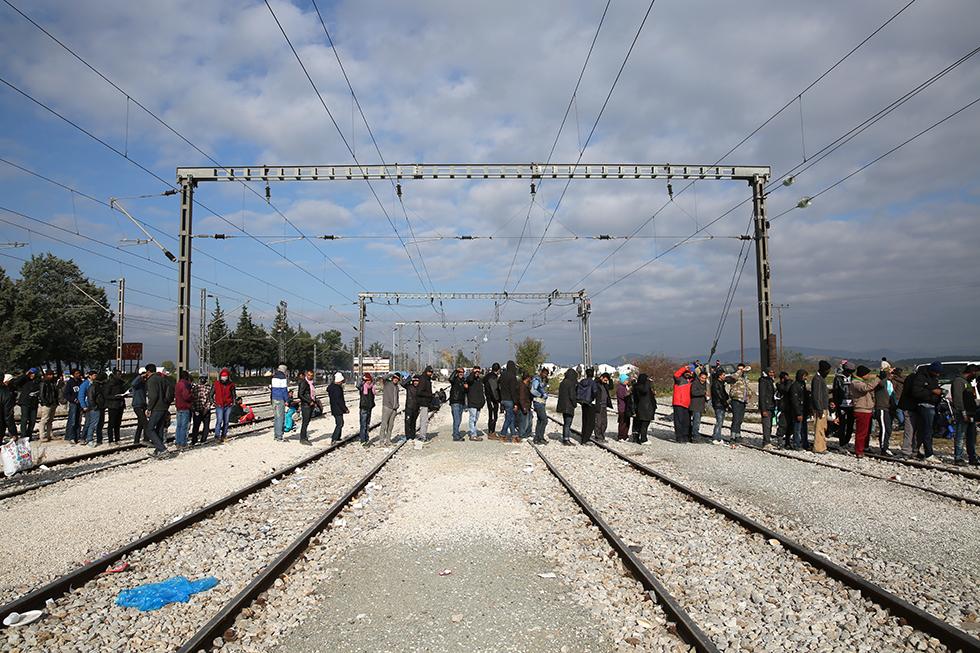 Lorsqu'une distribution de nourriture commence, la file d'attente traverse les voies ferrées tellement les bouches à nourrir sont nombreuses.