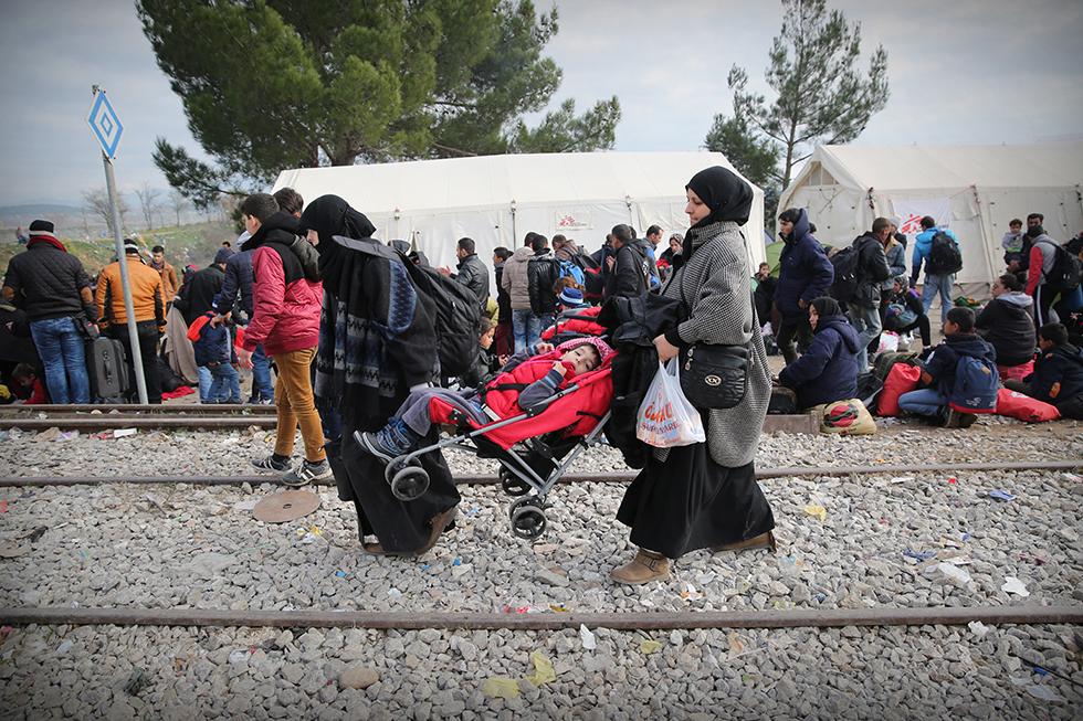 Cette famille syrienne n'est plus qu'à une centaine de mètres de la frontière avec la Macédoine. Ce sont bien souvent, des familles entières qui fuient la guerre qui fait rage dans leur pays.