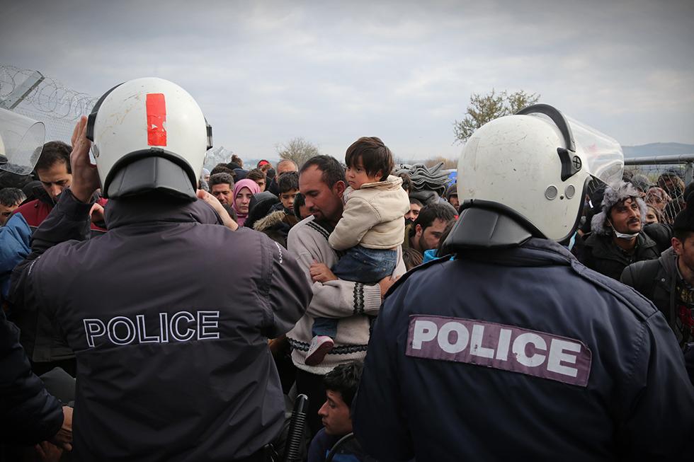 Ceux qui ne peuvent pas passer la frontière restent là, coté grec, devant une barrière protégée par la police.